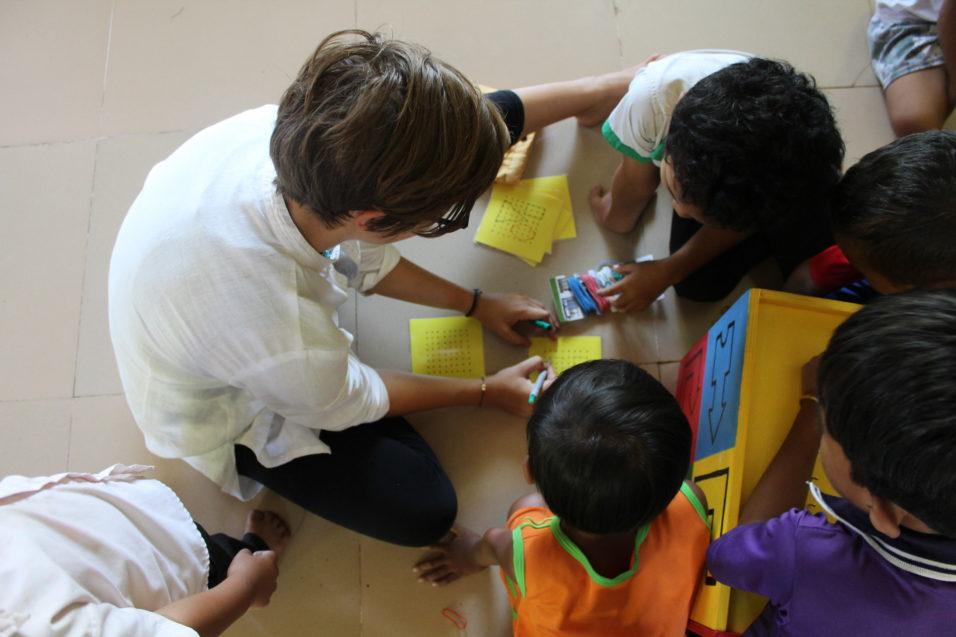 Sophie unterrichtet bereit ihre eigene Klasse und bringt den Kleinstes das Schreiben bei.