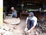 Hier werden gerade Kokosnussschalen für die Windspiele zurrechtgeschnitten und geschliffen