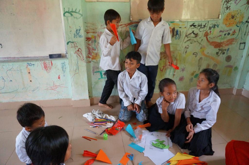 Beim Falten hatten alle Schüler sichtlich Spaß!
